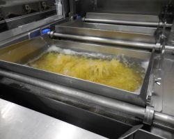 反転茹機で麺を茹でていきます。